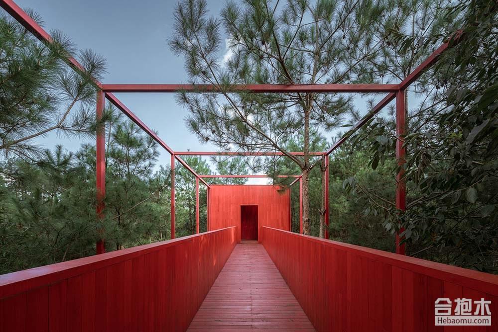 松间长屋位于安徽黄山市休宁县齐云山风景区内,是自由家树屋营地中的