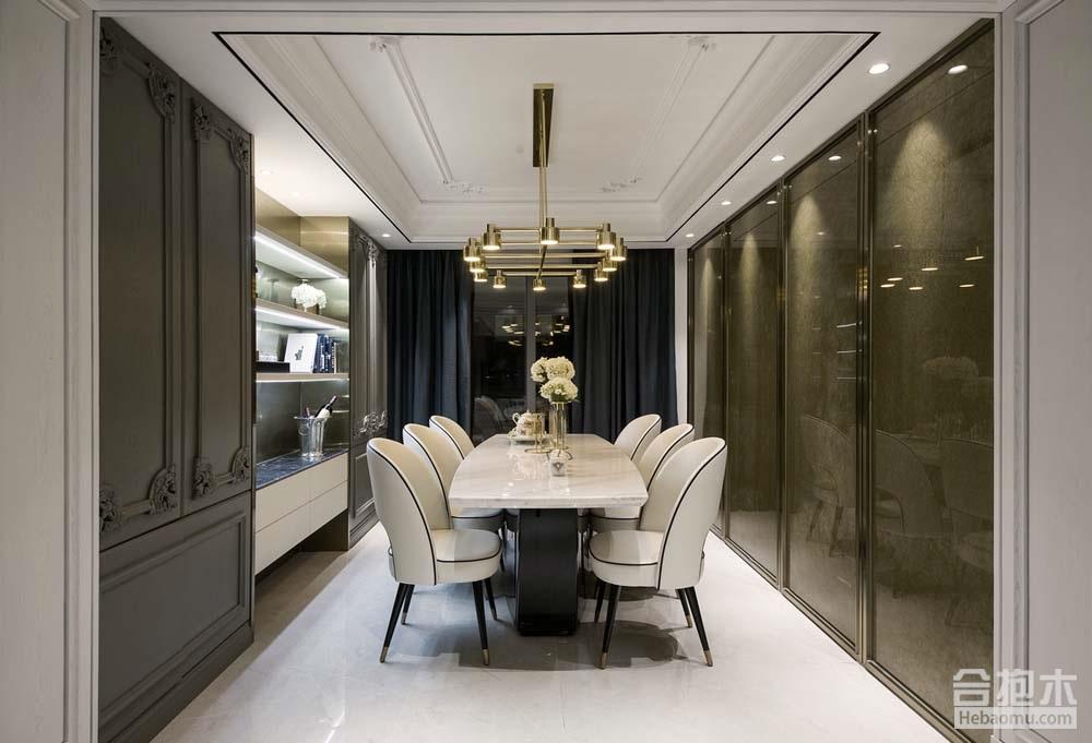 从客厅望向餐厅,左侧是备餐陈列柜,右侧是夹丝玻璃隔断,直走出去就是生活阳台;你也许会奇怪,厨房在哪里?为了营造餐厅优雅的用餐环境,把厨房门设计成和夹丝玻璃隔断一样的推拉门,完美的融入到装饰隔断里,避免独立厨房门破坏整个餐厅的整体性。