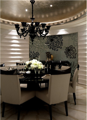 濃郁黑色印花+經典鐵藝吊燈,軟包+鏤空雕花,127平新古典公寓玩轉高端奢華
