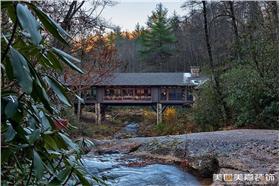山涧清泉架桥廊别墅,土豪深山买地打造林中小屋,美式乡村回归自然,最别致的视觉享受~
