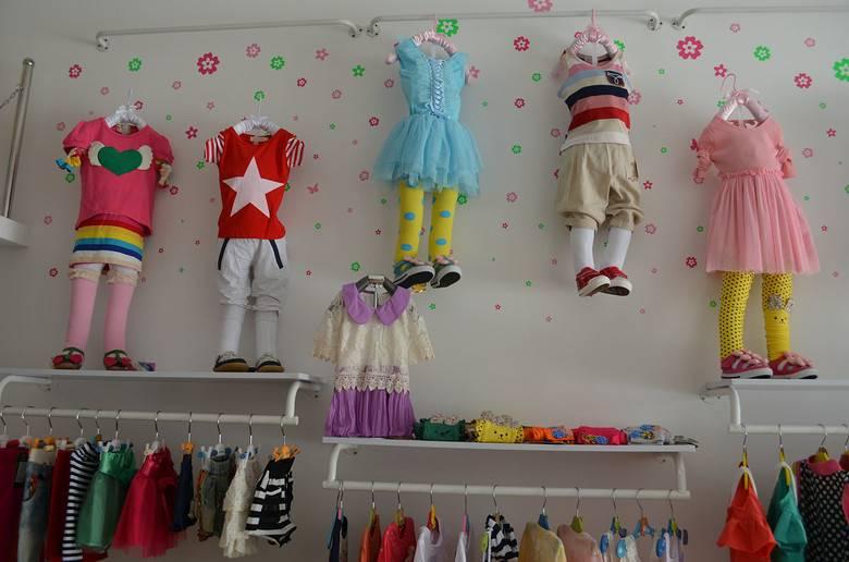 简约风格童装店装修图片-简约风格墙上置物架图片