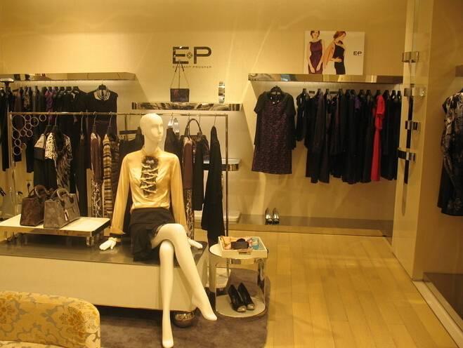 现代风格时装店女装陈列装修图片-现代风格挂架图片