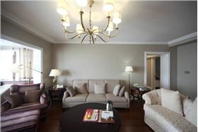 咖啡色的调子、乳白色的家具、局部点缀的造型,融合成完美生活空间