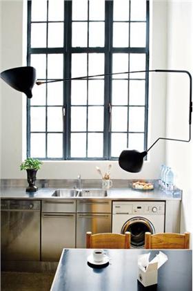 金属的气息飘洒在小厨房里